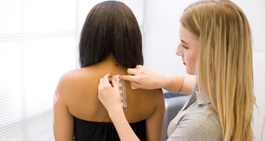 Allergietest am Rücken in der Hautarztpraxis in München