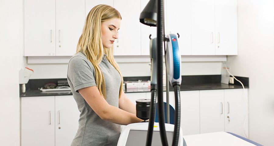 Lasergerät zur Behandlung von Rosacea in der Hautarztpraxis Dermazent